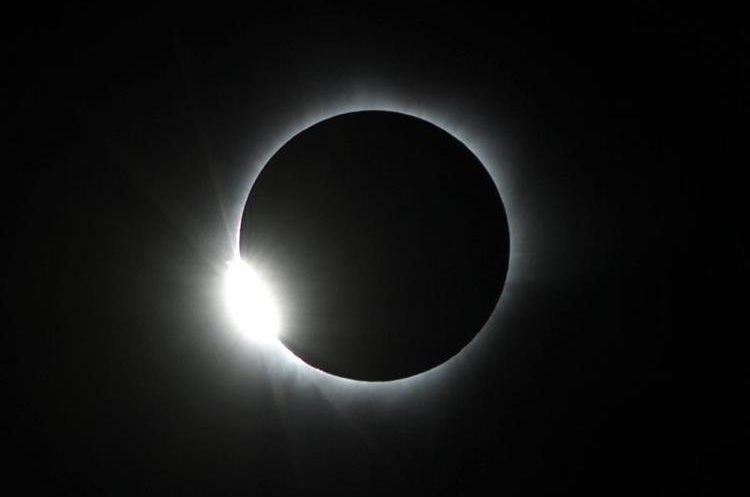 En Guatemala el eclipse de sol será parcial y su fase máxima será a las 12.55 del lunes próximo. (Foto Prensa Libre: EFE)