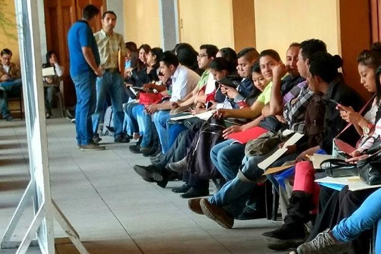 Unas 980 personas acudieron a la primera feria de empleo efectuada el 9 de marzo último, en Casa No'j, en Xelajú. (Foto Prensa Libre: María José Longo)