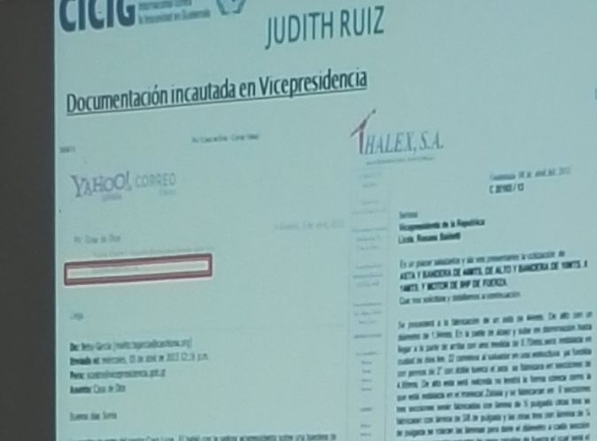 Imagen del correo electrónico entre Ruiz y García, presentado por la Cicig para demostrar la entrega de la bandera a Casa de Dios. (Foto Prensa Libre: Guatevisión)