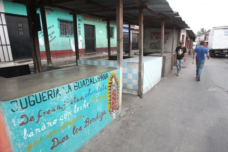Varios locales comerciales están cerrados con candado, debido a la violencia(Foto Prensa Libre: Érick Ávila)
