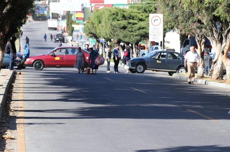 Taxistas atravesaron las unidades para impedir el paso en la ciudad de San Marcos. (Foto Prensa Libre: Whitmer Barrera).
