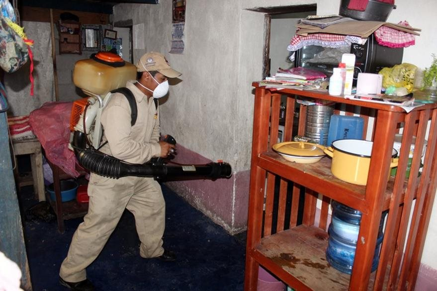 La fumigación en varias viviendas de Quiché ha sido la medida utilizada por autoridades de Salud. (Foto Prensa Libre: Óscar Figueroa)