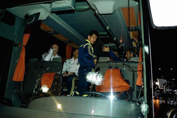 El chofer del autobús fue alcanzado por las balas ya que penetraron por el vidrio delantero. (Foto Prensa Libre:EFE)