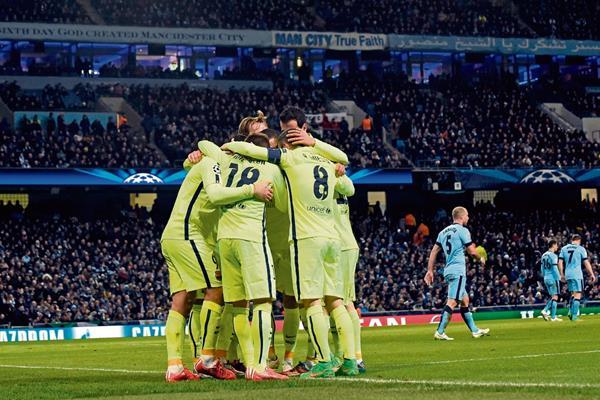 Los jugadores del Barcelona celebran el segundo gol conseguido por el uruguayo Luis Suárez. (Foto Prensa Libre: AFP)