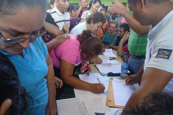 Maestros firman el acta de asistencia  a la asamblea convocada por el Steg, en Chiquimula.