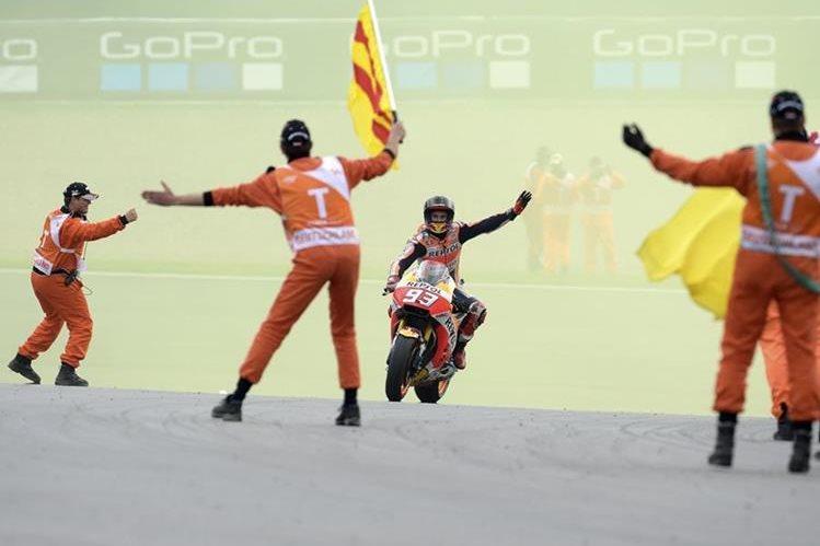 Marc Márquez levanta la mano en señal de triunfo al llegar en primer lugar a la meta en el GP de Alemania. (Foto Prensa Libre: AP)