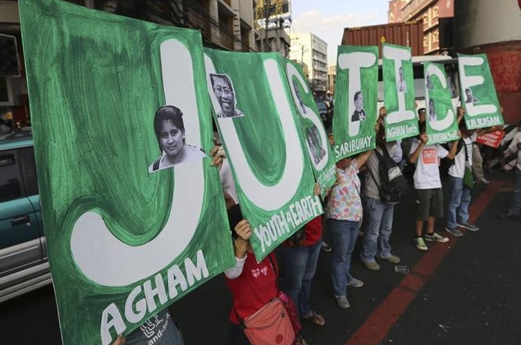 MRC02 MANILA (FILIPINAS) 10/12/2015.- Manifestantes gritan consignas durante una protesta con motivo del Día de los Derechos Humanos hoy, 10 de diciembre de 2015. EFE/Mark R. Cristino