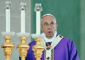 El papa Francisco participa en la missa en Nápoles, Italia.  (Foto Prensa Libre:AFP)