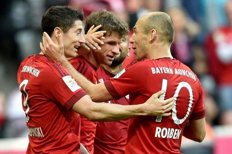 Lewandoski, Muller y Robben celebran uno de los goles de esta mañana. (Foto Prensa Libre: EFE)