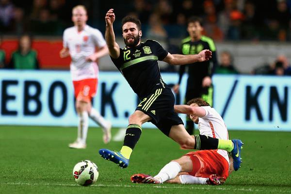 Dani Carvajal, de España y Daley Blind, de Holanda, disputan el balón. (Foto Prensa Libre: AFP).