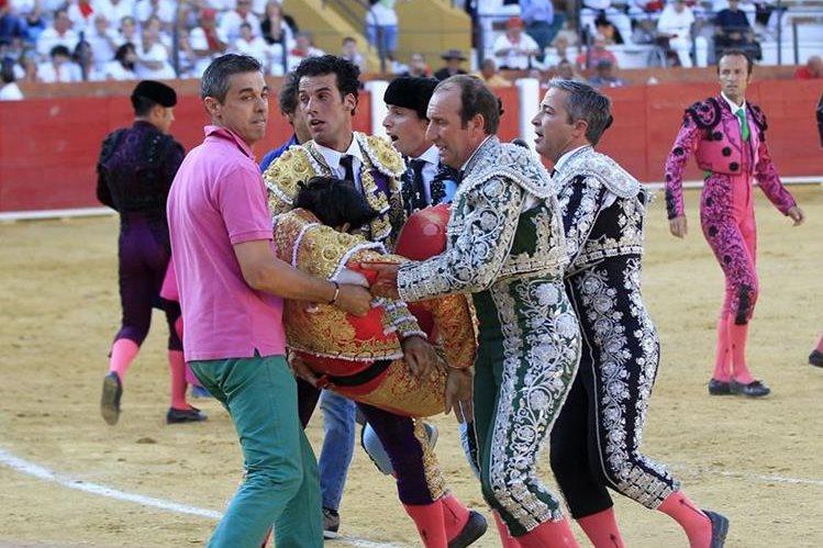 Asistentes cargan a Víctor Barrio después de la cornada. El torero fue llevado a un hospital donde falleció. (Foto Prensa Libre: EFE).
