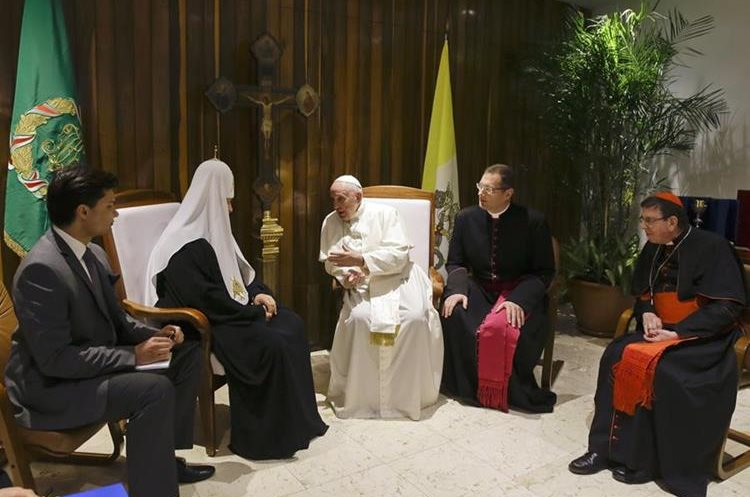 Pope Francis, center, and Russian Orthodox Church Patriarch Kirill, second from left, meet at the Jose Marti International airport in Havana, Friday, Feb. 12, 2016. Pope Francis landed in Cuba Friday for the first-ever papal meeting with Patriarch Kirill, the head of the Russian Orthodox Church, a historic development in the 1,000-year schism within Christianity.(AP Photo/Gregorio Borgia)