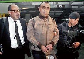 Byron Lima, al centro, acompañado de su abogado, Moisés Galindo, en Tribunales. (Foto Prensa Libre: Hemeroteca PL)