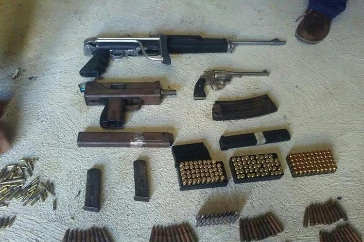 Armas y municiones localizadas en allanamiento.(Foto Prensa Libre: cortesía)