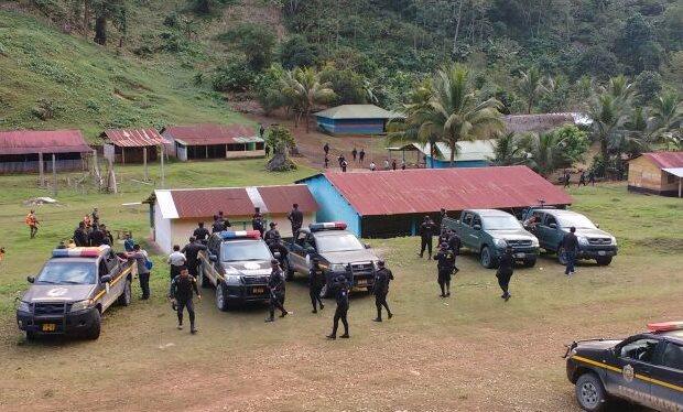 Agentes de la PNC llegan a la comunidad Monte Sinaí, donde se registró el doble crimen. (Foto Prensa Libre: Eduardo Sam).