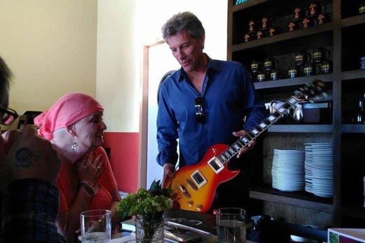 Jon Bon Jovi visita a Carol Cesario que ha sido su admiradora. (Foto Prensa Libre: todayonline.com)