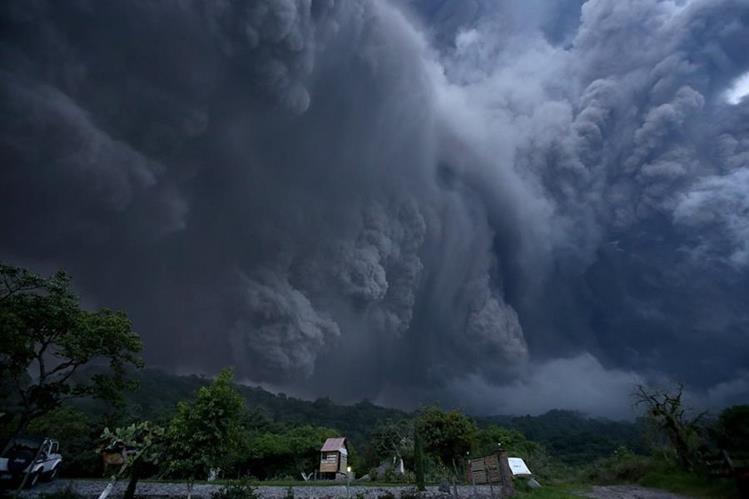 Nubes de humo se alzan sobre el coloso. (Foto Prensa Libre: EFE)