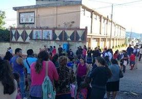 Autoridades recaban evidencias cerca de una escuela en Pueblo Nuevo Viñas, Santa Rosa, donde tres personas murieron de forma violenta. (Foto Prensa Libre: Oswaldo Cardona)