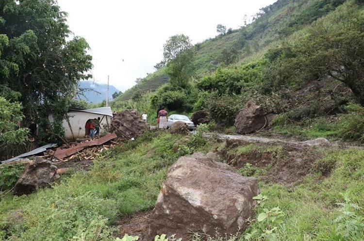 Autoridades evalúan los daños causados por el deslave en caserío Chipococ, Tecpán Guatemala, Chimaltenango. (Foto Prensa Libre: Víctor Chamalé)