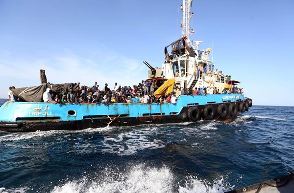 Inmigrantes son socorridos en alta mar por las autoridades costeras de Italia. (Foto Prensa Libre: AFP).