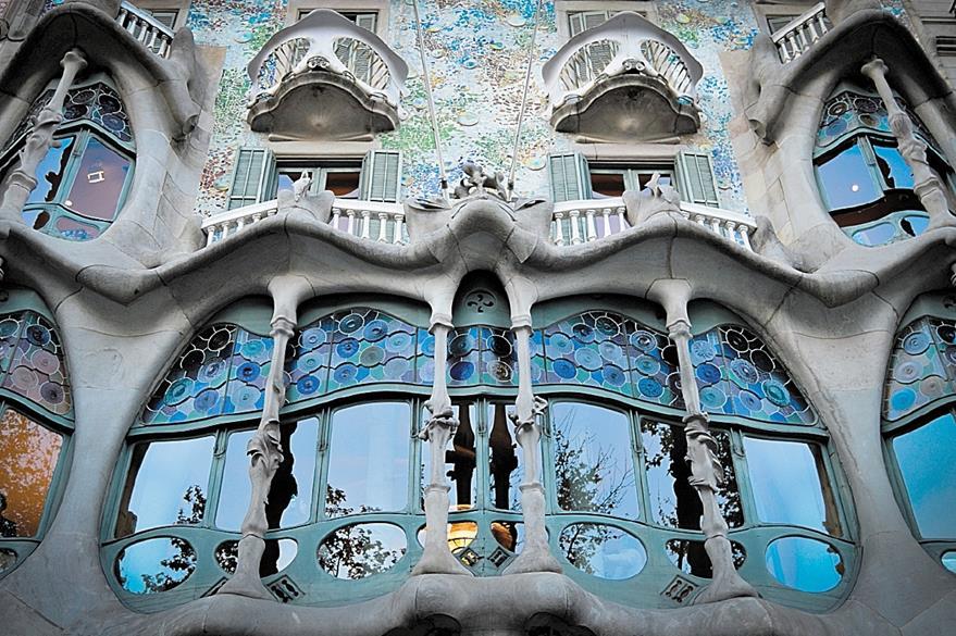 Es casi imposible hallar una línea recta en la Casa Batlló, diseñada por  Antoni Gaudí, un genio de la arquitectura.