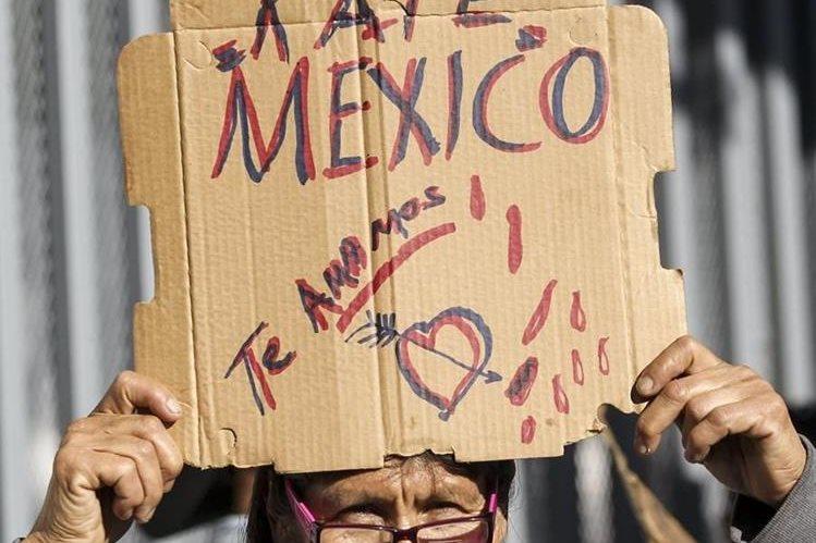Una mujer sostiene un cartel en el que manifiesta su apoyo a la actriz mexicana Kate del Castillo, frente al consulado general de México en Los Ángeles, EE. UU. (Foto Prensa Libre: AFP).