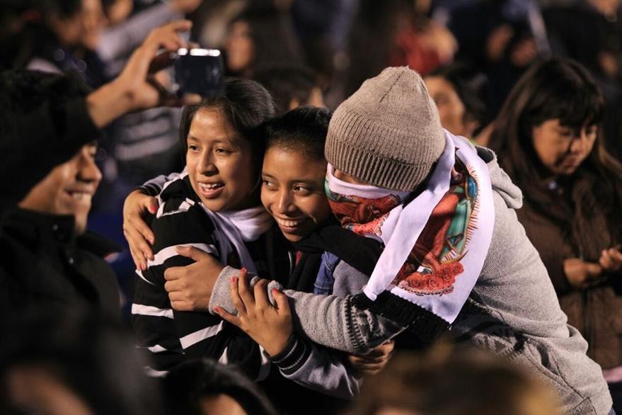 Familias se reúnen en la Vigilia Centroamericana por la Paz, en el Estadio Cementos Progreso. (Foto PRensa Libre: Esbin García)