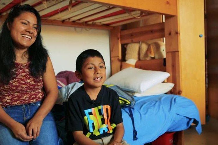 Hilda y su hijo Iván permanecen refugiados en un iglesia, pretenden evitar ser deportados. (Foto Prensa Libre: Cortesía Fusion)
