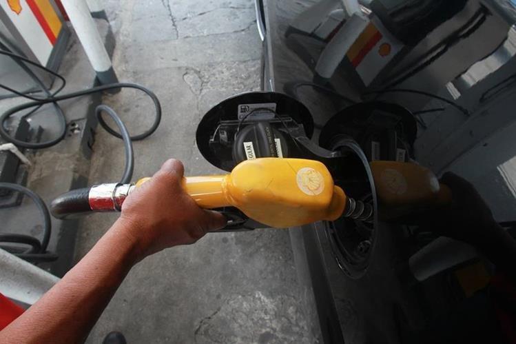 Los precios de los combustibles continúan al alza. (Foto Prensa Libre: Hemeroteca PL)