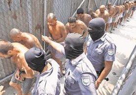 El Salvador ha depurado a unos 600 agentes de la Policía y del Ejército que tenían vínculos con las pandillas. (Foto Prensa Libre: Hemeroteca)