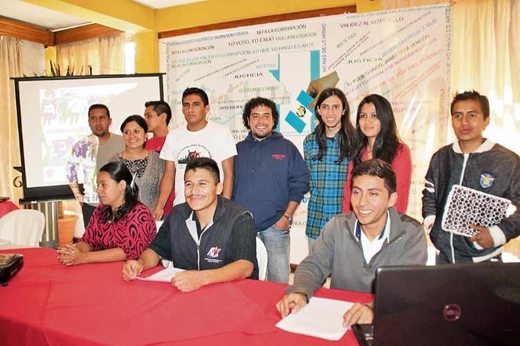 Representantes de  organizaciones civiles informan de sus actividades,  durante una reunión en la cabecera de Huehuetenango.
