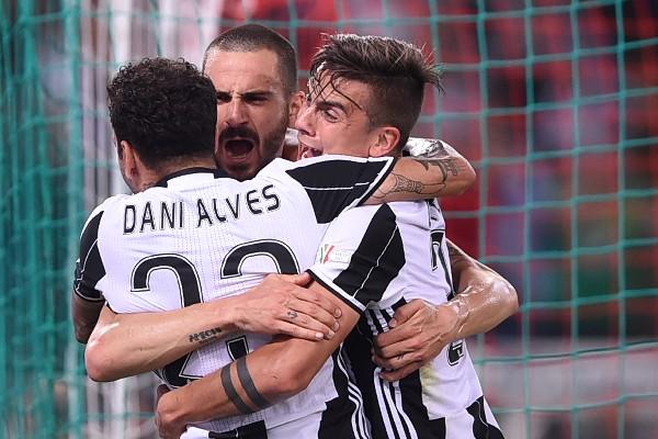 Dani Alves festeja con sus compañeros el primer gol de la Juventus contra la Lazio en la final de la Copa Italia. (Foto Prensa Libre: AFP).