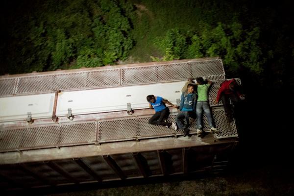 <p>Pocos migrantes logran evadir los controles de seguridad de las autoridades mexicanas. (Foto Prensa Libre: AP)</p>