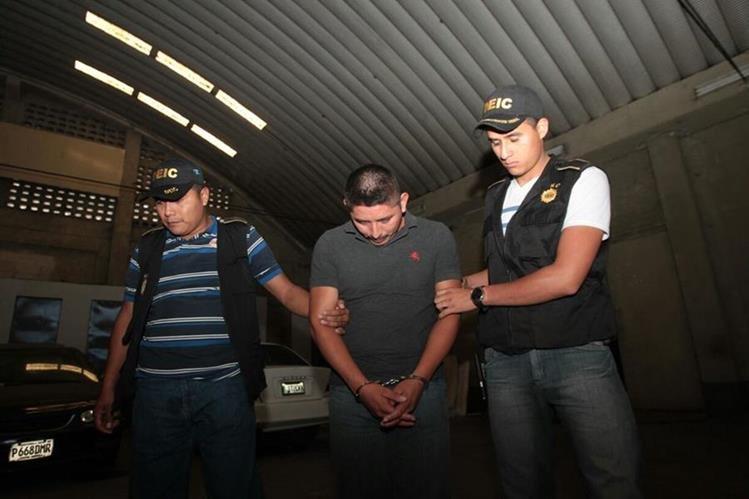 El especialista es trasladado a la Torre de Tribunales por agentes de la Deic. (Foto Prensa Libre: Erick Ávila)