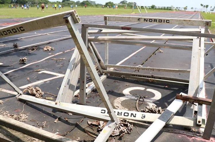 Las vallas que son utilizadas para las competencias están totalmente abandonadas. (Foto Prensa Libre: Cristian Ico)