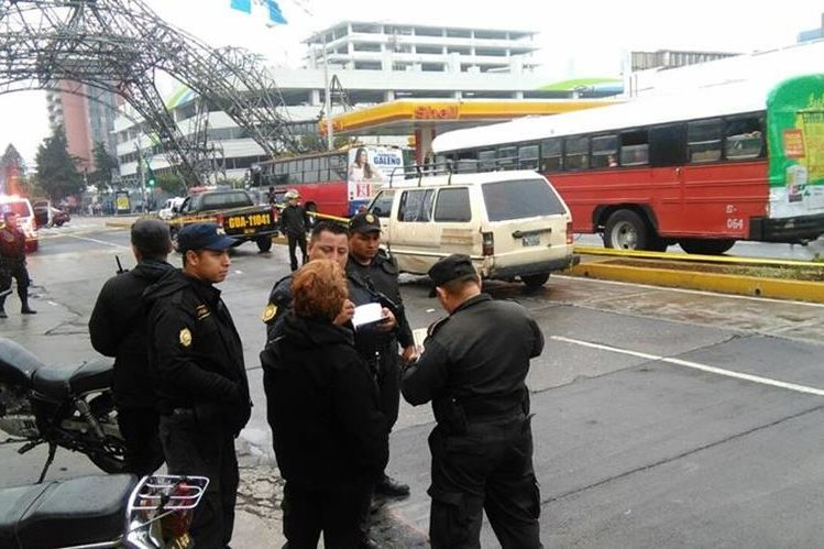 El microbús iba de la Terminal hacia la zona 15, cubriendo una ruta no autorizada. (Foto Prensa Libre: Érick Ávila)