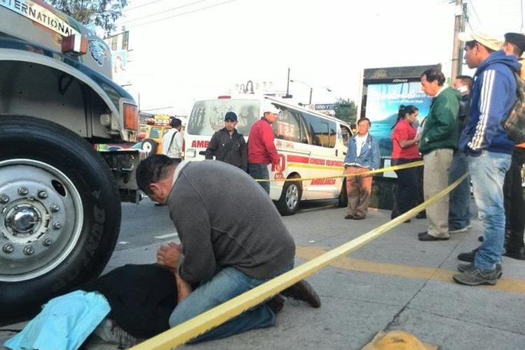 Presuntos extorsionistas mataron a balazos en la calzada Roosevelt, zona 7 capitalina, al transportista Flavio Castellanos de 34 años. (Foto Prensa Libre: E. Paredes)