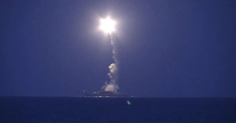 Un barco ruso en las aguas del Mar Caspio lanza un misil dirigido a Siria. (Foto Prensa Libre: EFE).