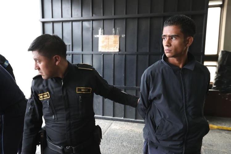 Jonathan Pérez fue capturado con cuatro armas y 20 celulares en una camioneta que circulaba por la 9a. calle de la colonia Castillo Lara, zona 7. (Foto Prensa Libre: Estuardo Paredes)