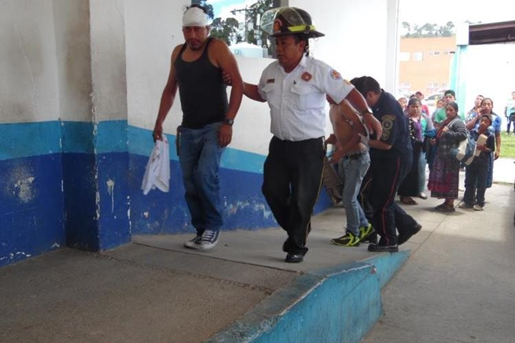 Dos de los heridos en el accidente del bus, son ingresados al Hospital Nacional de Chimaltenango. (Foto Prensa Libre: José Rosales).