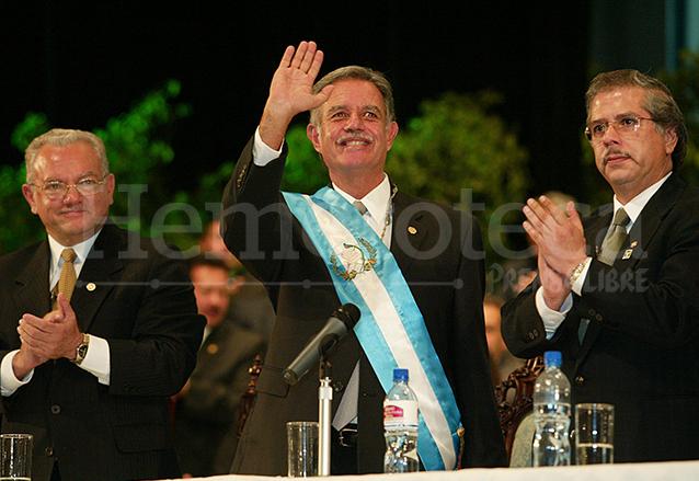 Óscar Berger Perdomo saluda a la concurrencia durante su investidura como Presidente el 14 de enero de 2004. (Foto: Hemeroteca PL)