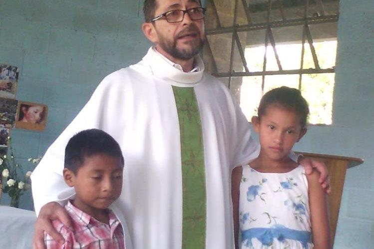 El Sergio Godoy, junto a dos menores de escasos recursos de la Comunidad Esperanza, zona 12 de Cobán. (Foto Prensa Libre: Eduardo Sam)