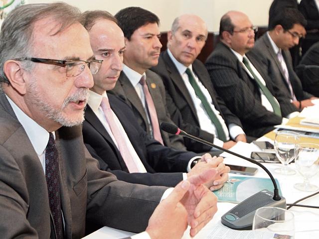 Autoridades de la Cicig, PDH, OJ y MP se reúnen con la bancada de la UNE, como parte de la socialización de las propuestas de reformas constitucionales.