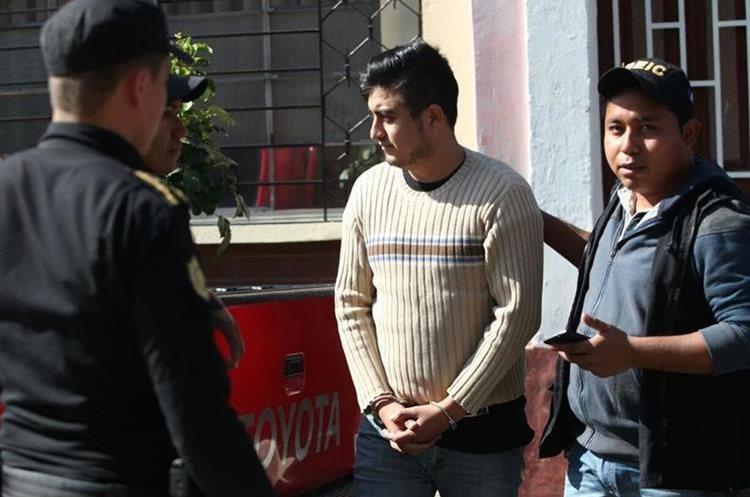 Rolando Ricardo Roldán es trasladado al Juzgado de Turno de la Torre de Tribunales. (Foto Prensa Libre: Érick Avila)