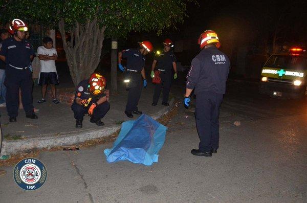 Un hombre de unos 25 años y que no fue identificado apareció muerto a dos cuadras de donde fue asaltada la fémina. (Foto Prensa Libre: (CBM)