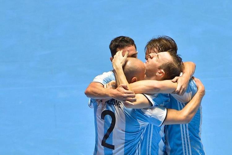 Los jugadores de la albiceleste festejan una de las anotaciones en la gran final. (Foto Prensa Libre: AFP)