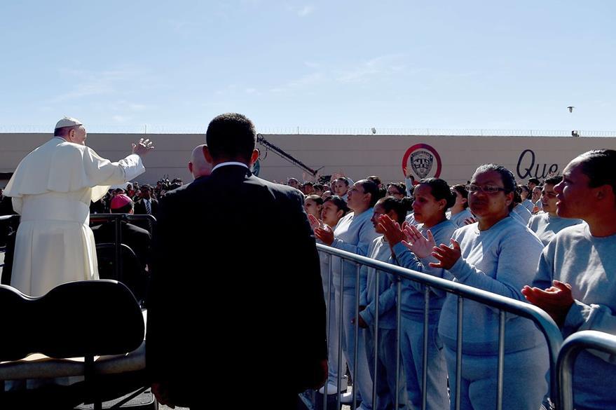 El Papa saluda a los internos después de ofrecerles un discurso. (Foto Prensa Libre: AFP).