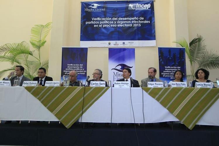 Representantes de Mirador Electoral presentan el cuarto informe. (Foto Prensa Libre: Edwin Bercián)