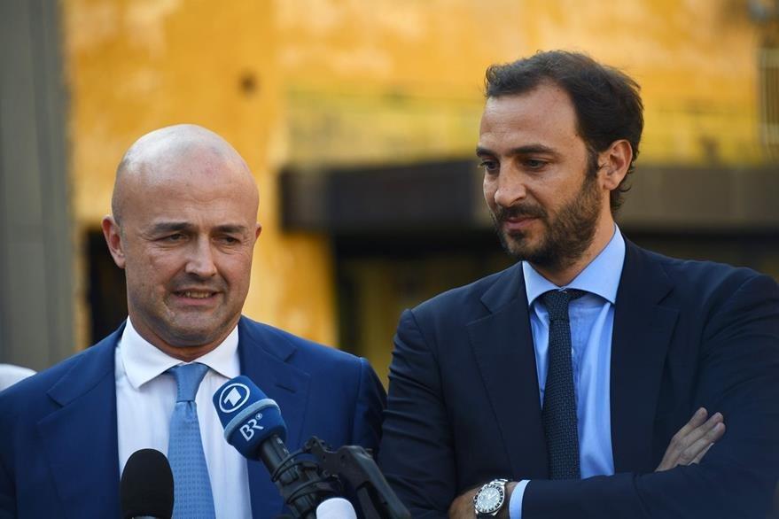 Los periodistas italianos Gianluigi Nuzzi (i) y Emiliano Fittipaldi (d) hablan con los medios de comunicación al finalizar la audiencia donde fueron declarados inocentes en el caso Vatileaks. (Foto Prensa LIbre: AFP).