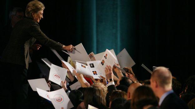 Ante la viralización de la foto, varios usuarios en redes compartieron fotos de la campaña presidencial de 2008, cuando el público le reclamaba autógrafos y no selfies a Clinton. GETTY IMAGES